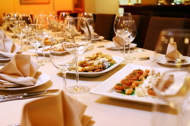 Mesa de banquete com lanches