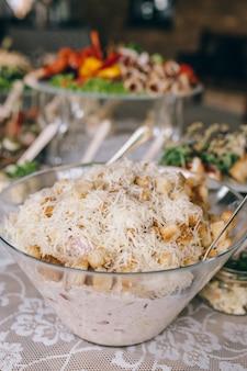 Mesa de banquete de bufê lindamente decorada com petiscos e aperitivos diferentes em eventos corporativos de festa de aniversário de natal ou festa de casamento