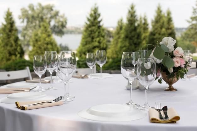 Mesa de banquete de casamento para hóspedes ao ar livre com vista para a natureza verde