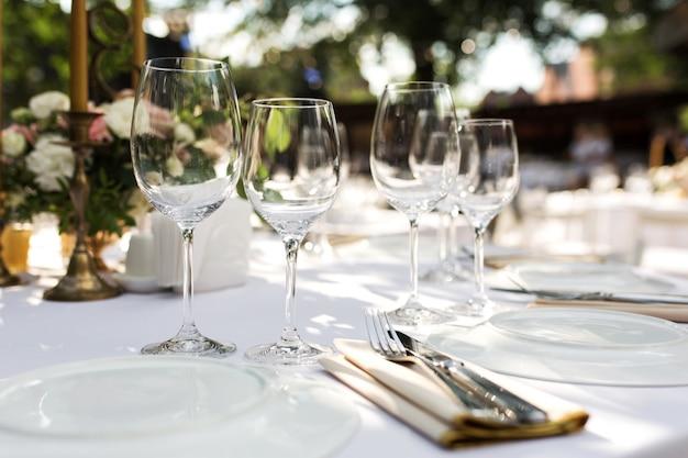 Mesa de banquete para os hóspedes ao ar livre com vista para a natureza verde.