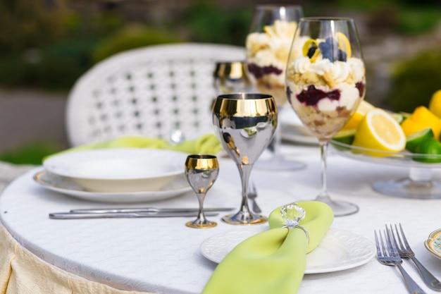 Mesa de banquete ricamente decorada com guardanapos com anel de diamante no banquete
