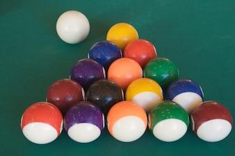 Mesa de bilhar com quinze bolas dispostas como triângulo
