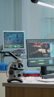 Mesa de bioquímica com computador científico em laboratório