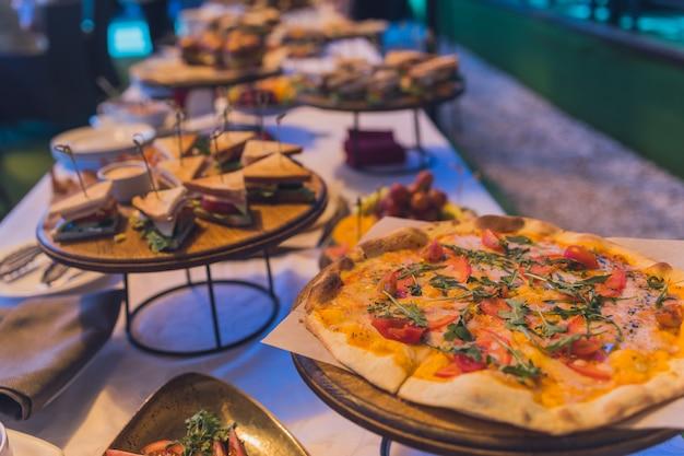 Mesa de bufê para banquete sanduíche e pizza