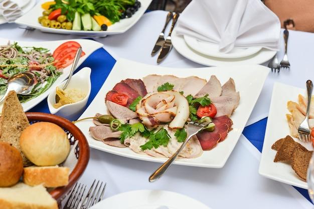 Mesa de buffet, canape, sanduíches, lanches, férias, fatiado, copos, celebração, ano novo