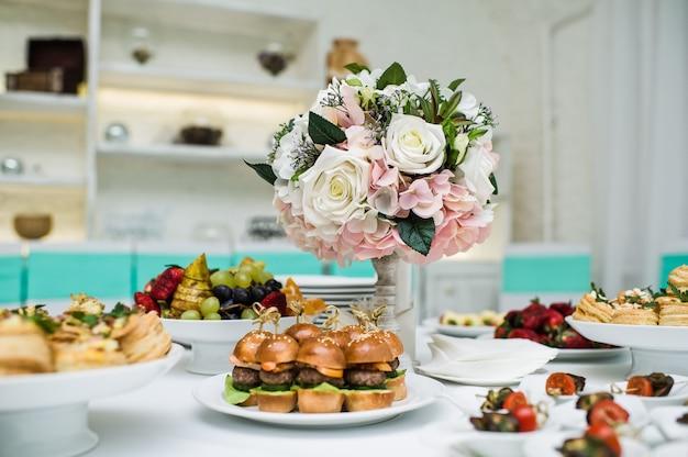 Mesa de buffet com snacks no restaurante banquet