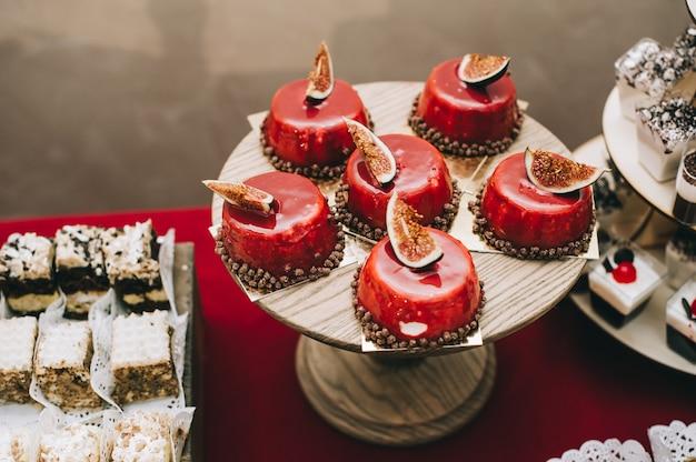 Mesa de buffet com sobremesas