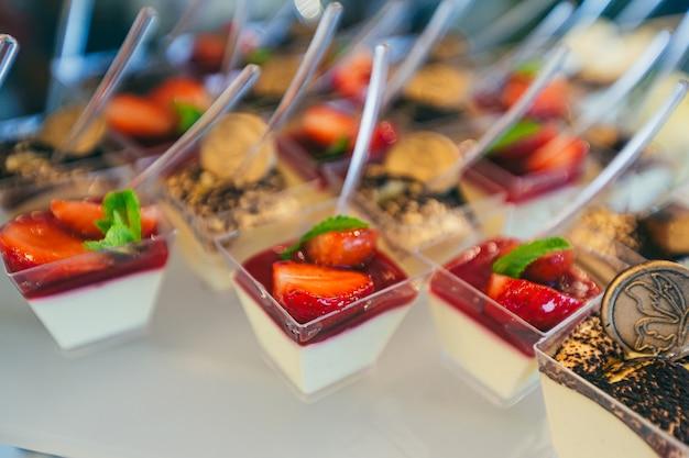 Mesa de buffet festiva com deliciosas sobremesas de diversas cores na cerimônia de casamento