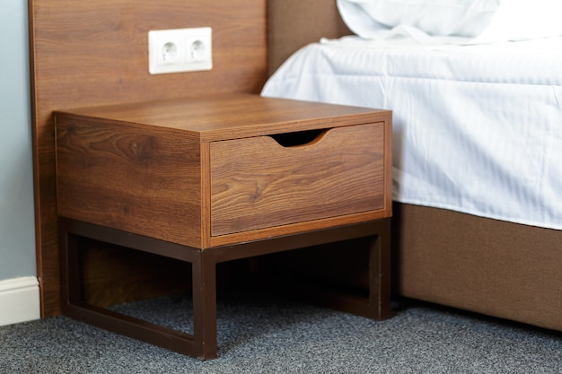 Mesa de cabeceira de madeira. designer moderno