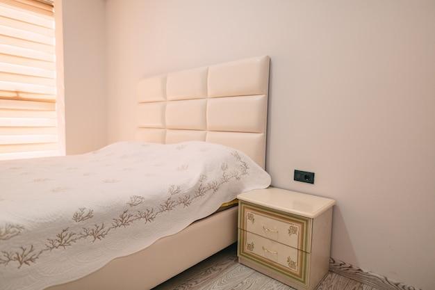 Mesa de cabeceira no quarto ao lado da cama