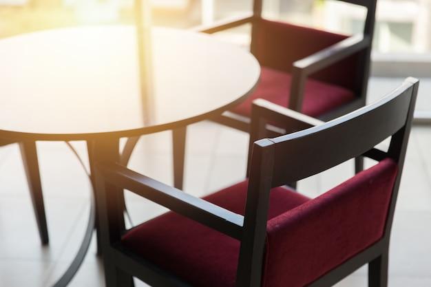 Mesa de cadeira vazia com luz solar ninguém espaço no restaurante.