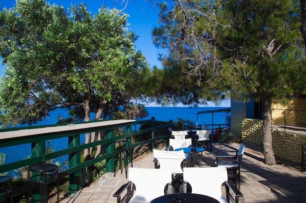 Mesa de café-bar ao ar livre na praia cameo, zakynthos (grécia)