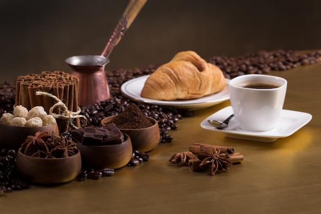 Mesa de café com grãos de café e ingredientes aromáticos