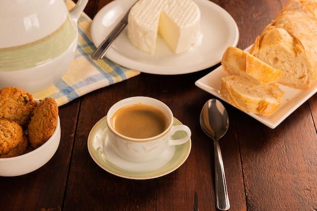 Mesa de café da manhã com pão italiano e queijo