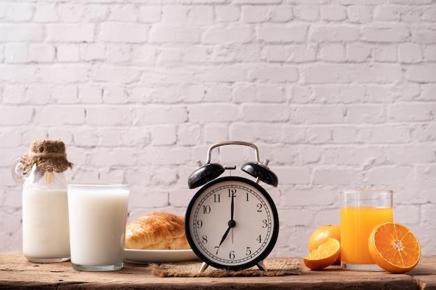 Mesa de café da manhã com relógio clássico.