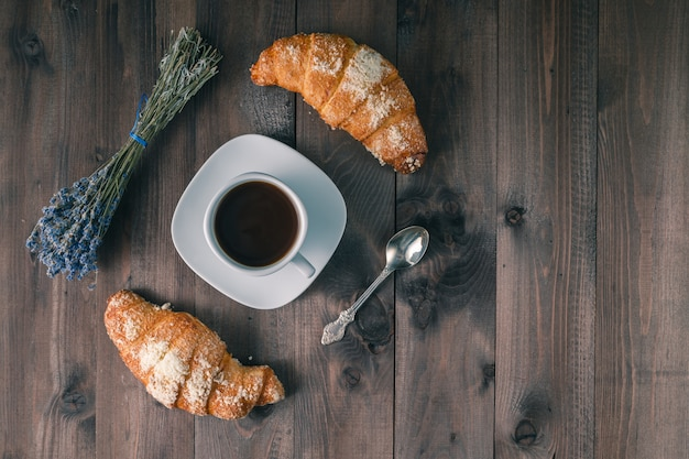 Mesa de café da manhã continental - par de croissants. mesa de madeira rústica com lugar para texto. vista do topo.