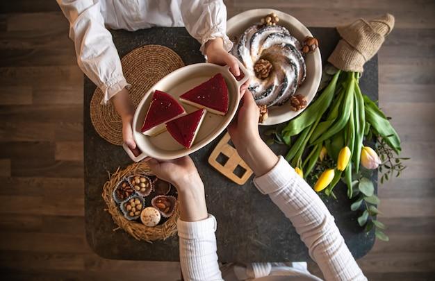 Mesa de café da manhã ou brunch repleta de ingredientes saudáveis para uma deliciosa refeição de páscoa com amigos e familiares ao redor da mesa.