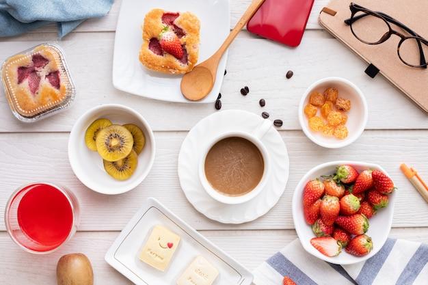 Mesa de café e sobremesa doce.