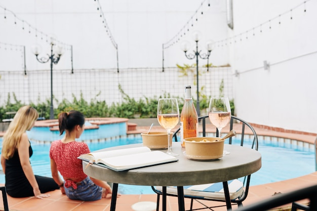 Mesa de café na piscina