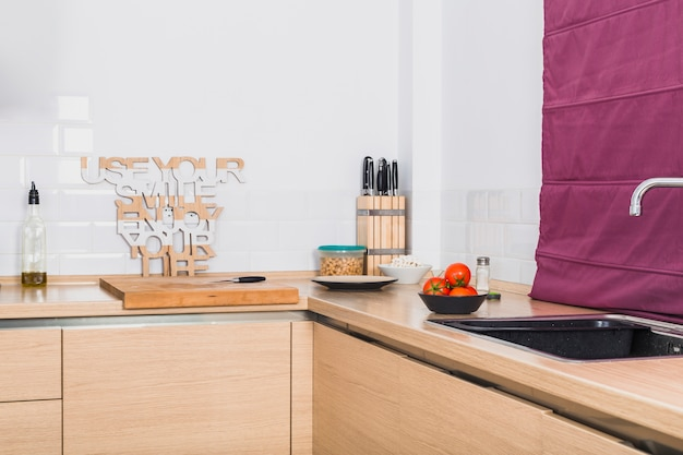Mesa de canto de cozinha agradável com produtos