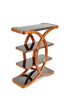 Mesa de canto de madeira marrom escuro com prateleiras isoladas no fundo branco.