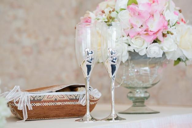 Mesa de casamento. close de taça de champanhe e decoração com flores