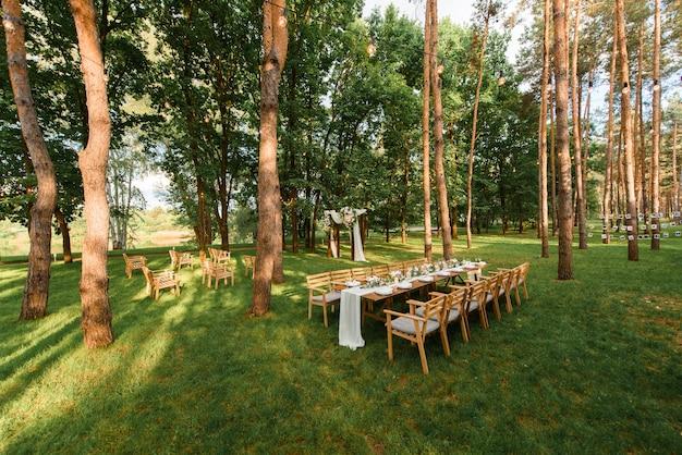 Mesa de casamento com decoração rústica na floresta. celebração de casamento no belo lugar.