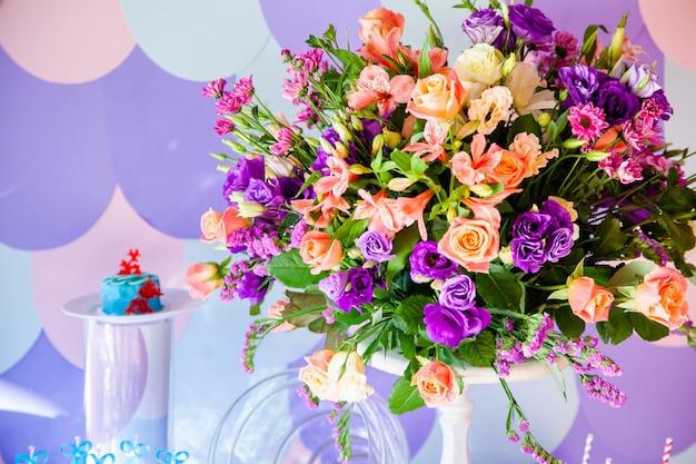 Mesa de casamento de luxo com flores e árvores.