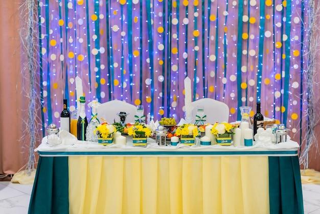 Mesa de casamento em restaurante decorado para os noivos