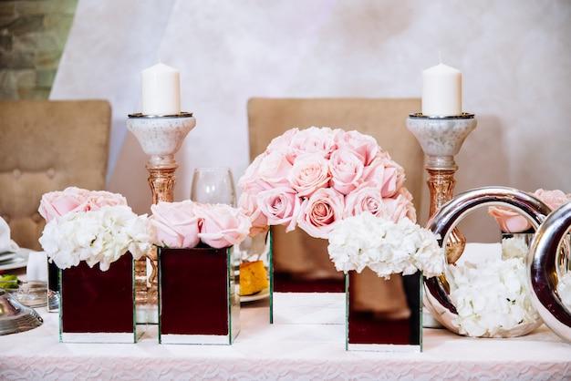 Mesa de casamento luxuosamente decorada