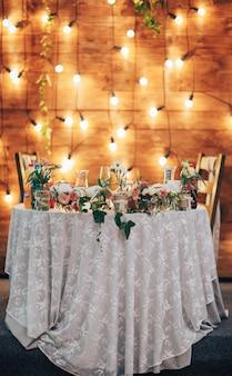 Mesa de casamento posta no salão de casamento