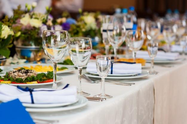 Mesa de casamento servida e decorada em um restaurante