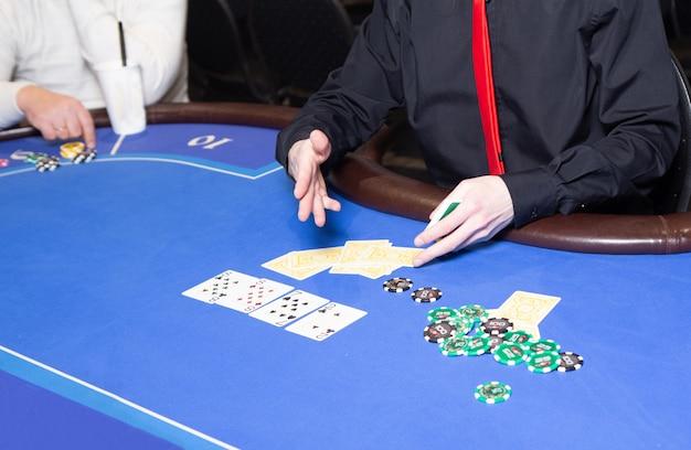 Mesa de cassino com jogo de cartas
