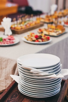 Mesa de catering definir serviço no restaurante antes da festa.