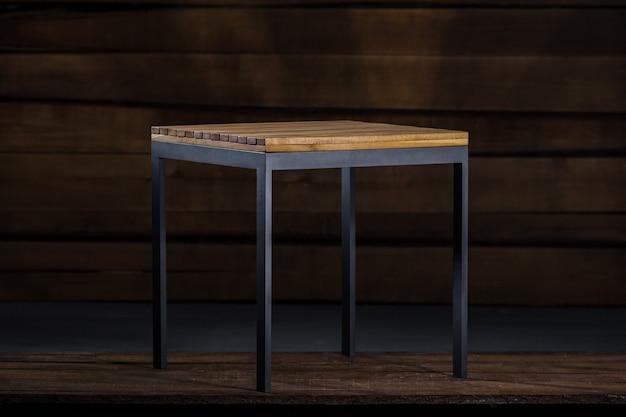Mesa de centro de madeira com pés de metal na carpintaria