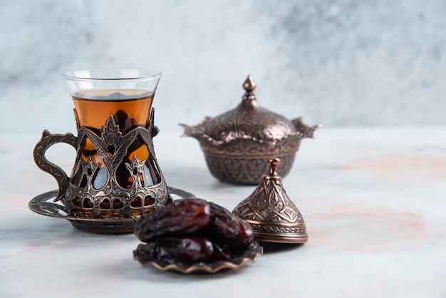 Mesa de chá tradicional em superfície cinza
