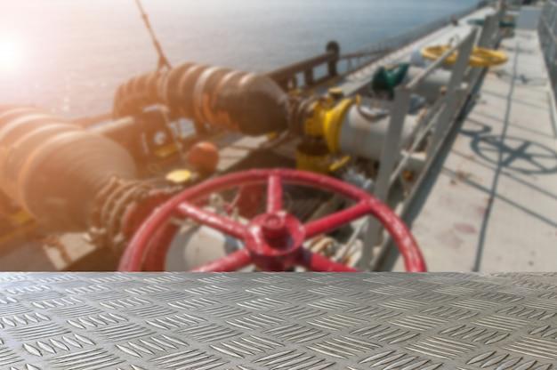 Mesa de chapa de ferro vazia com estação de transferência de tubo de óleo