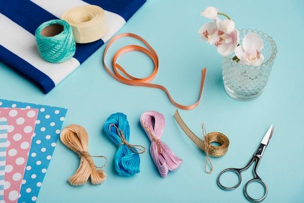 Mesa de close-up com materiais de artesanato