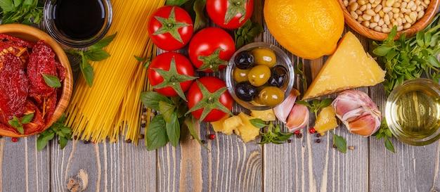 Mesa de comida italiana - ingredientes na mesa de madeira.