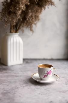 Mesa de concreto com xícara de café cappuccino