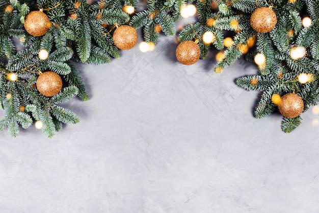 Mesa de concreto de natal com árvore do abeto e brinquedos e luzes douradas.