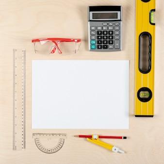 Mesa de construtor com folha de papel plana lay