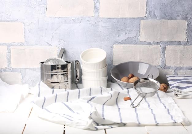 Mesa de cozinha branca com fundo rústico de verão utensílios de cozinha