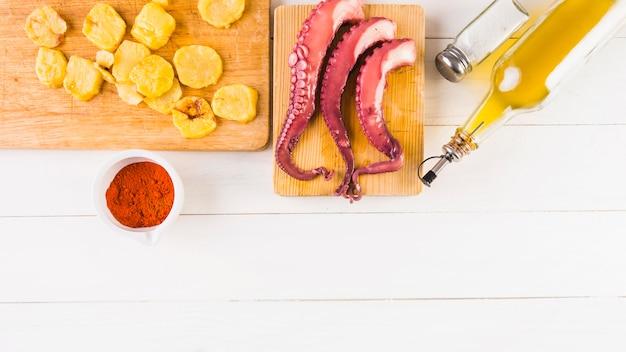 Mesa de cozinha com batatas e polvo
