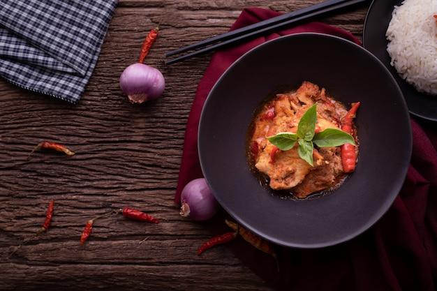 Mesa de cozinha com carne de porco panang curry, comida tailandesa tradicional picante.