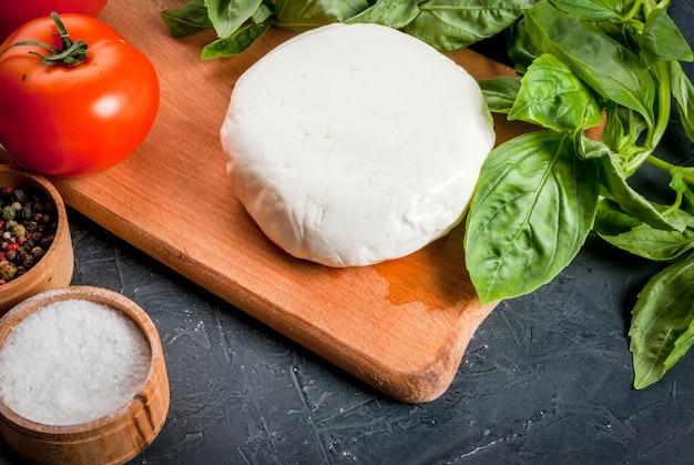 Mesa de cozinha com ingredientes, comida italiana