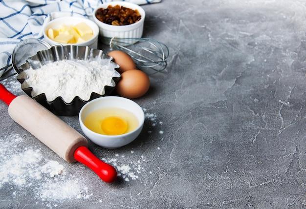 Mesa de cozinha com ingredientes de panificação