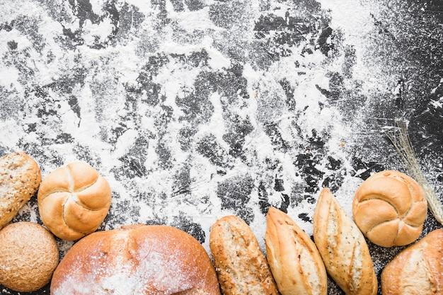 Mesa de cozinha com padaria e farinha