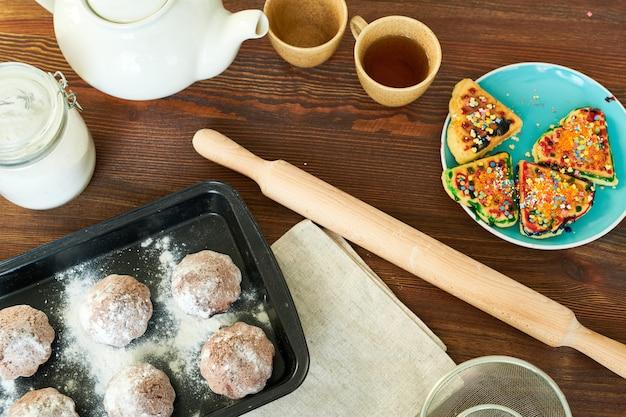 Mesa de cozinha com pastelaria apetitosa