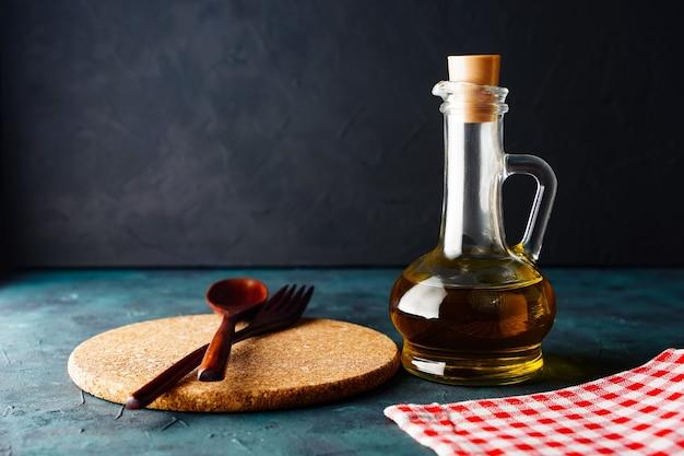 Mesa de cozinha de fundo ou papel de parede com espaço de cópia, utensílios de cozinha, óleo em uma garrafa ...